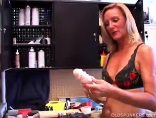 Killer reife blondine in einem apparat gürtel