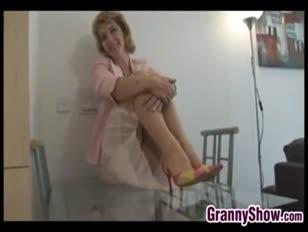 Oma blitzt von ihrer vulva und ihren brüsten ab
