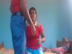 Indisches junges duo, das tiefkehlende munching jism die dampfende zerreißende zerreißende fick-festtätigkeit trinkt