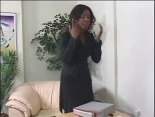 Ebony lady wird von ihren vorgesetzten kontrolliert